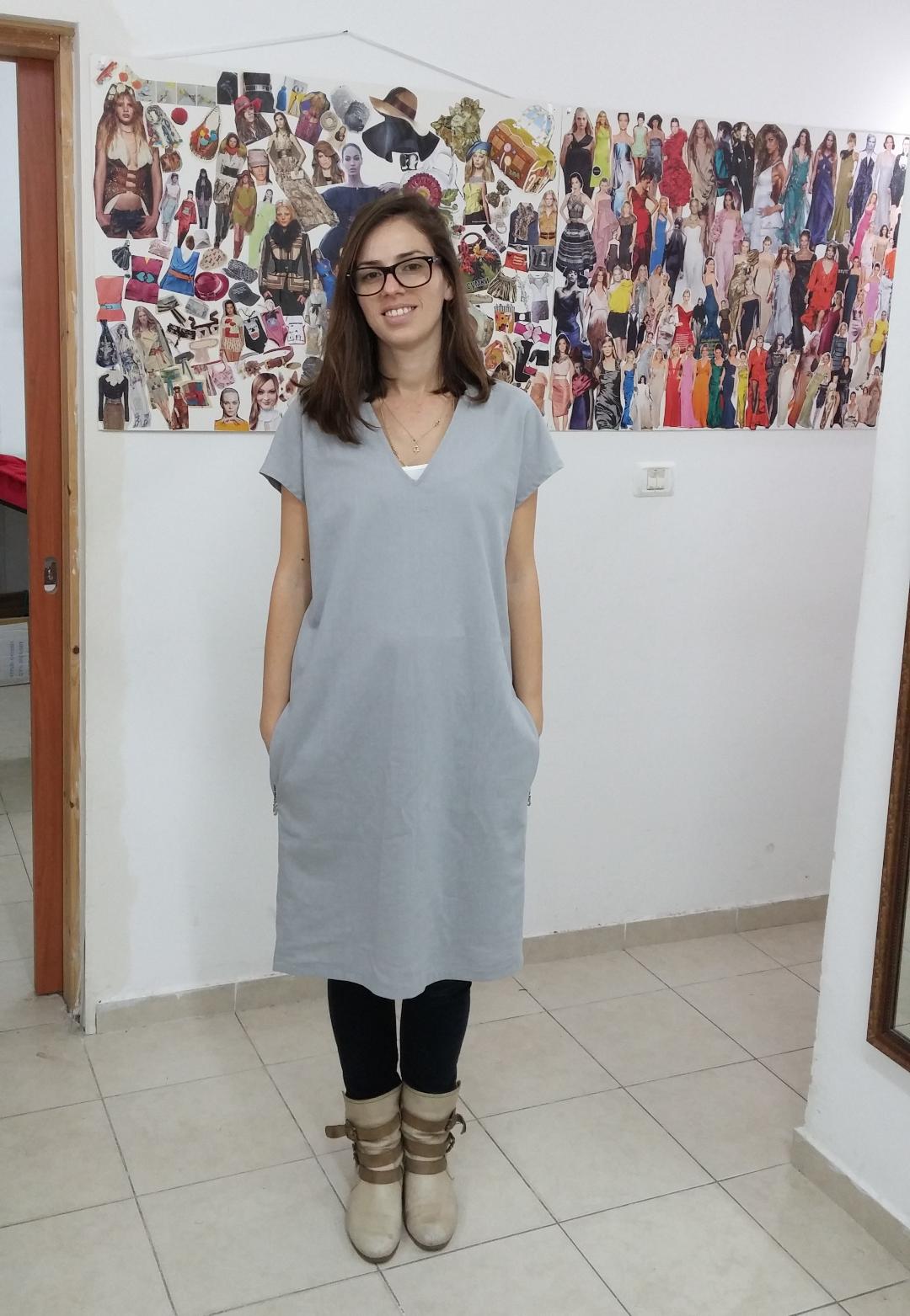 לובה בשמלה שתפרה מגיזרה מבורדה