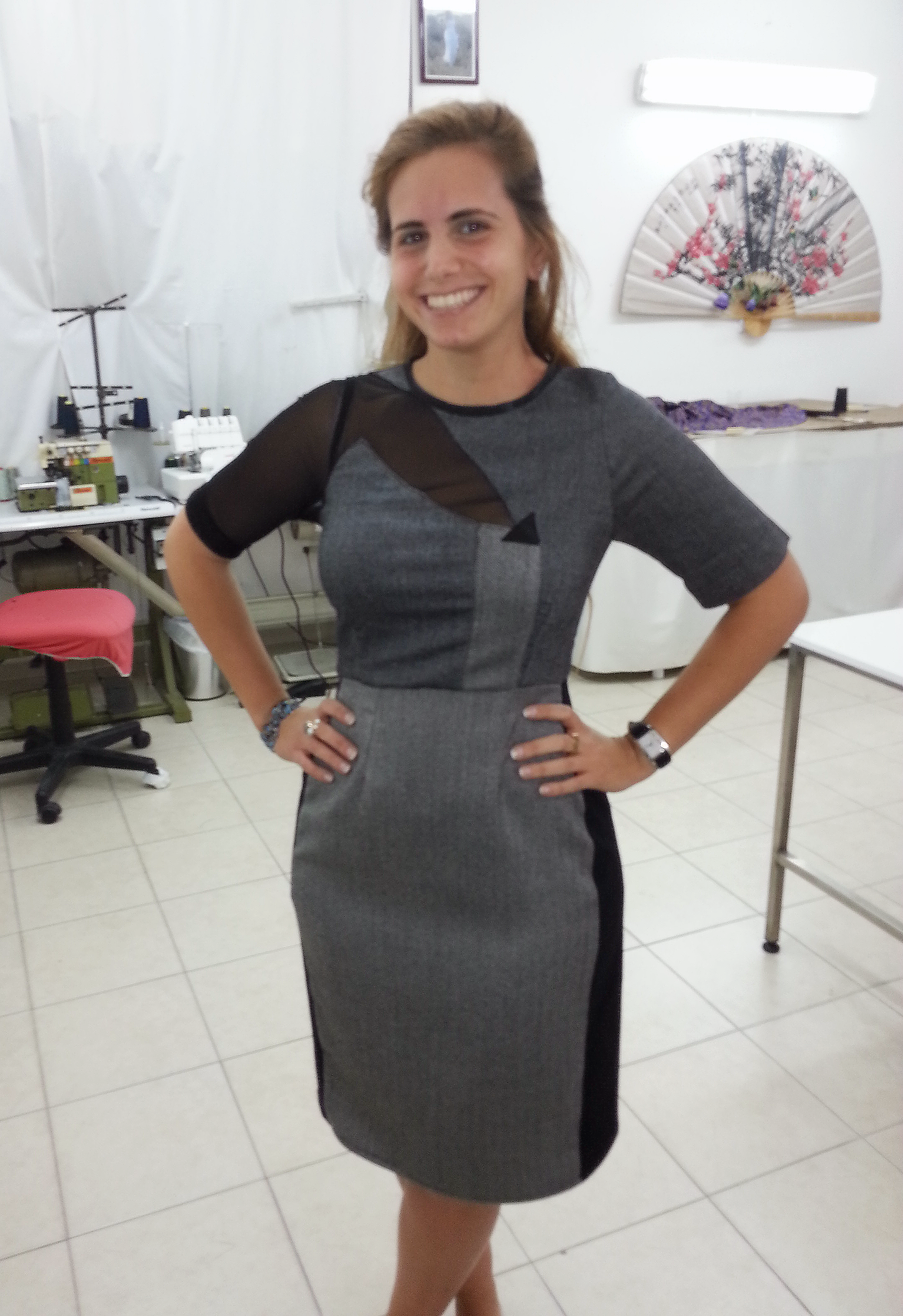 אורטל בשמלה בעיצובה