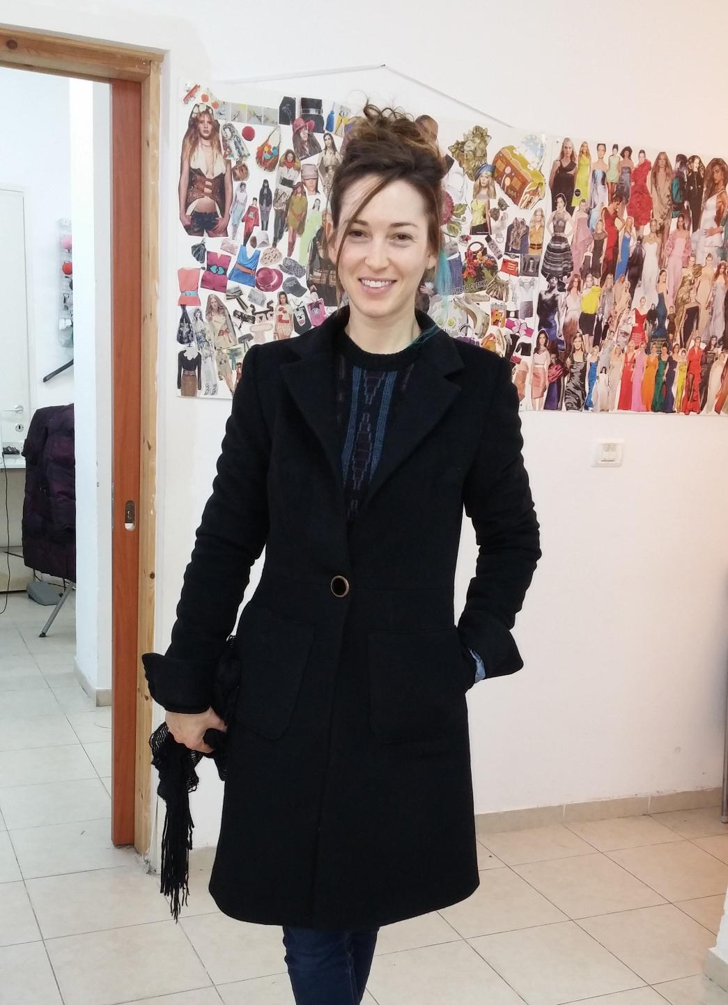 איילה במעיל בעיצובה