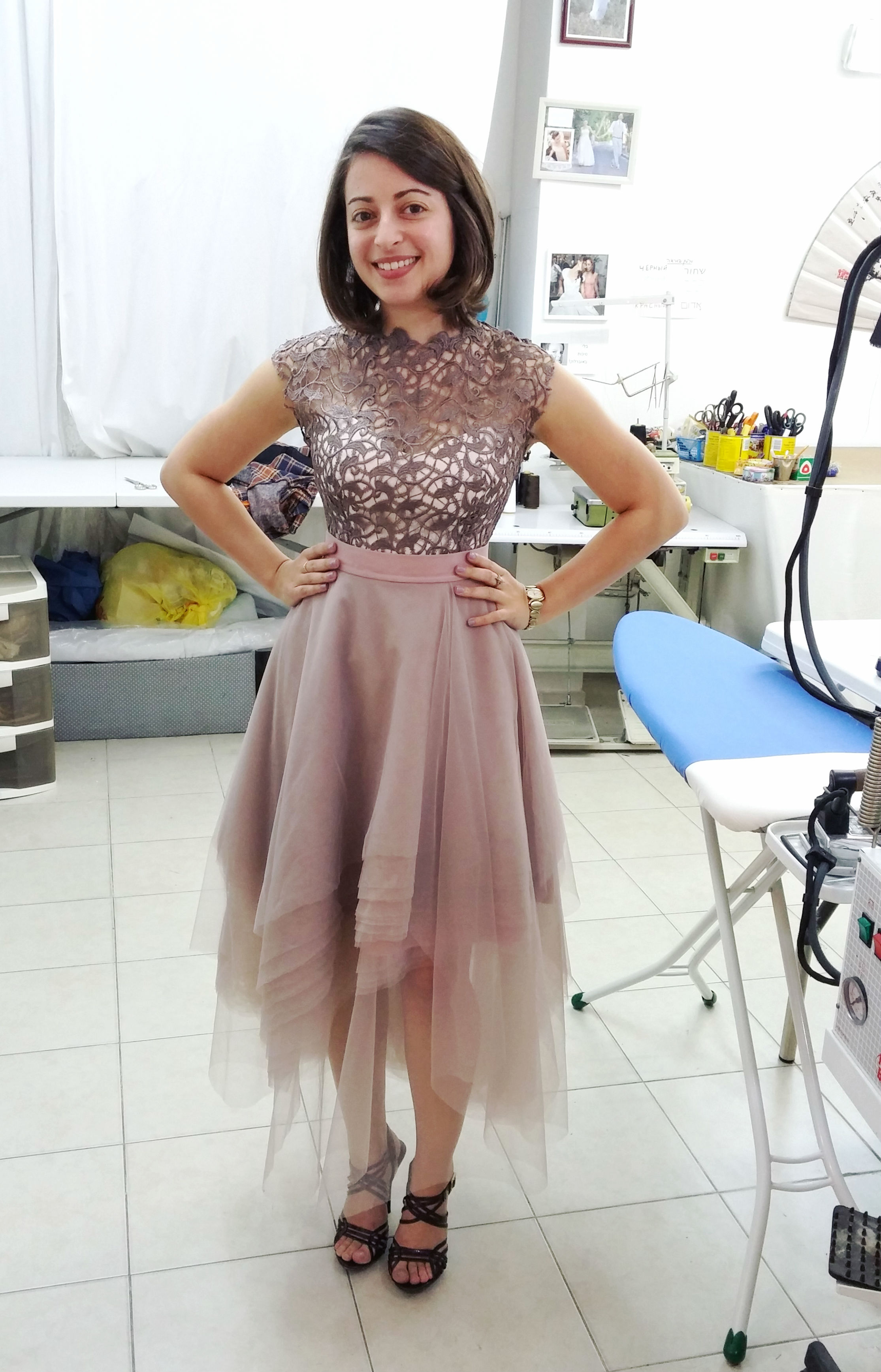 אורלי בשמלה בעיצובה
