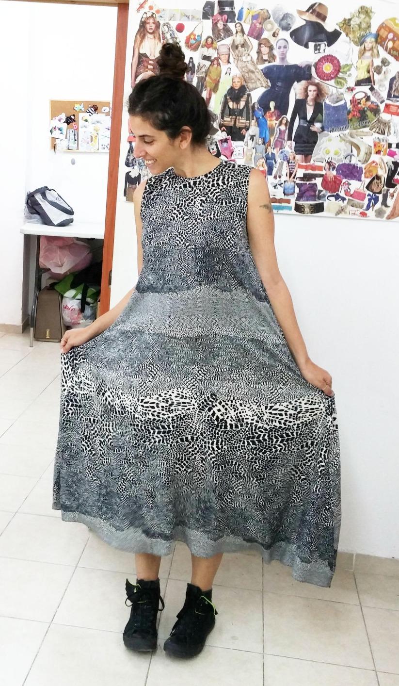 לילך בשמלה בעיצובה