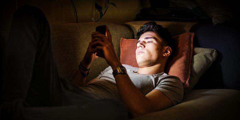 Exponerse a luz como la de los móviles durante la noche puede hacernos más vulnerables al cáncer