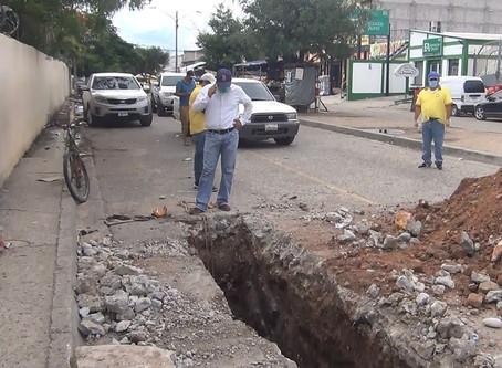 Se realiza reparación de tubería de alcantarillado sanitario en el boulevard el Soldado