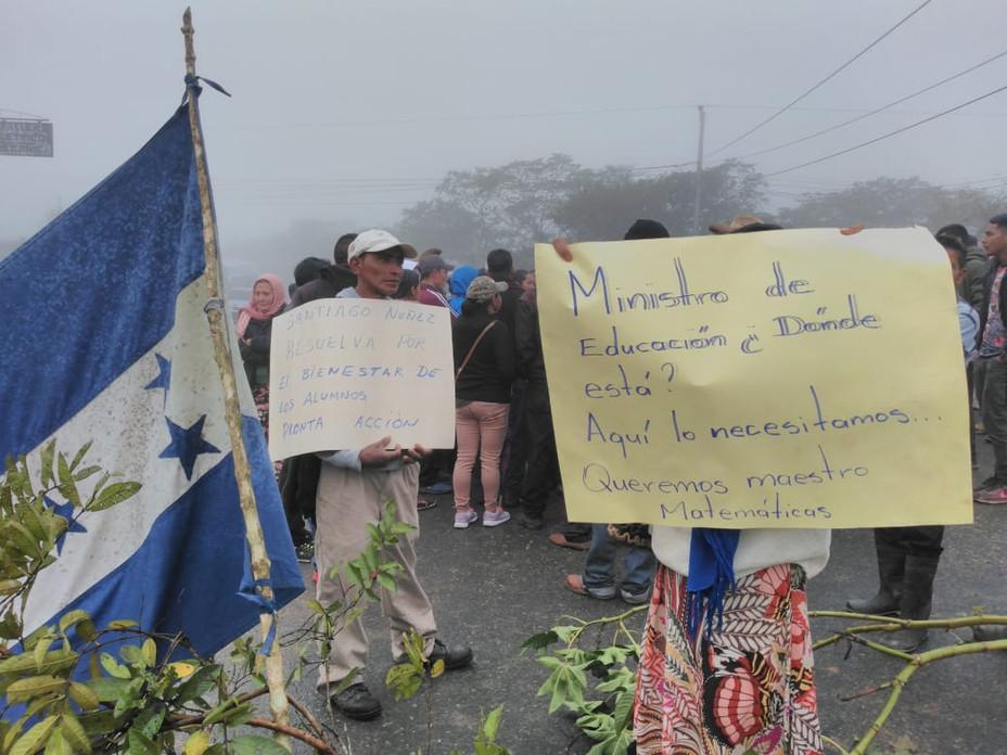 Para exigir maestros, padres de familia se toma carretera a la altura de la Comunidad de Arenales
