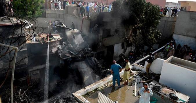 Un avión con 99 personas a  bordo de Pakistan se estrella cerca del aeropuerto de Karachi