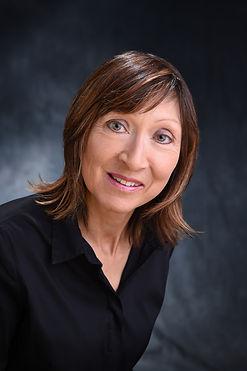 Portrait picture of author Lisa Stewart