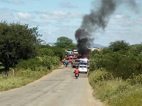 Motoristas bloqueiam estrada que liga Triunfo a Serra Talhada em protesto