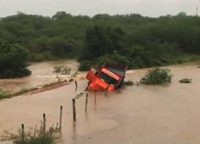 Temporal provoca inundação no Sertão e Apac prevê continuidade de chuvas fortes