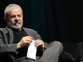 Advogado visita Lula e diz que petista está indignado com a situação
