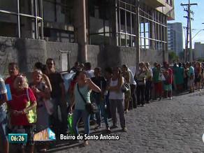 Idosos fazem fila de madrugada no Recife para garantir benefício federal