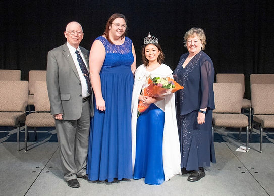 Foto do Supremo Time. Associate Supreme Guardian: Tom Selby, Ohio;  Supreme Bethel Honored Queen: Gabbi Dimatteo, Minnesota;  Miss International Job's Daughter: Maia Garcia, Filipinas;  Supreme Guardian: Linda Luttrell, Oklahoma.