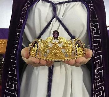 Foto de uma Filha, vestida com o robe, capa púrpura e segurando a coroa dourada de Honorável Rainha.