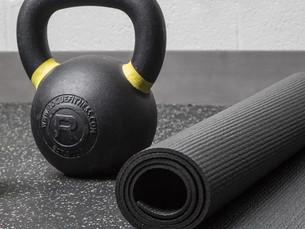 5 razones para combinar el yoga y las pesas