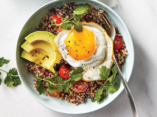 Bowl vegetariano lleno de proteína con garbanzos, huevos y palta