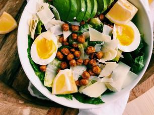 Bowl proteico con garbanzos, huevos y palta