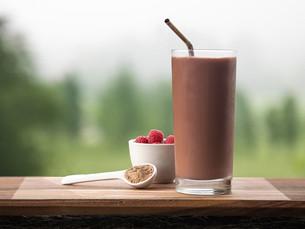 Milkshake de fresa, banana y proteína para después de la rutina