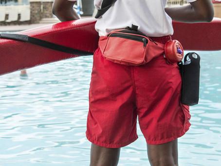 Vivo en una urbanización con piscina, ¿es obligatorio contratar un socorrista?