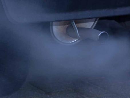 Dudas: humo azul por el escape del coche, ¿qué puede pasar?