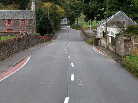Un pueblo escocés decide pintar líneas curvas en una carretera recta (por una buena razón)