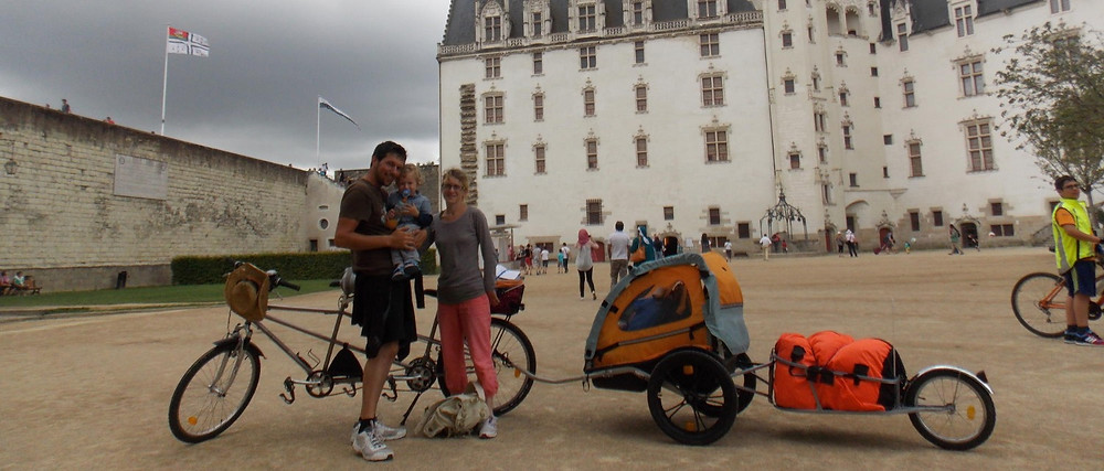 Tandem + deux remorques lors de notre passage au château de Nantes