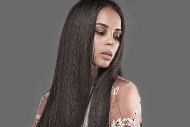 プレス髪を持つ女性
