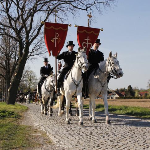 Prozession Ostro 2019 | Osterreiter reiten von Nebelschütz nach Ostro |