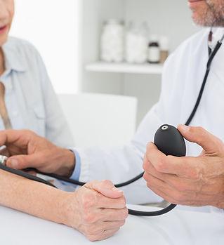 Docteur prendre la tension artérielle des patients âgés