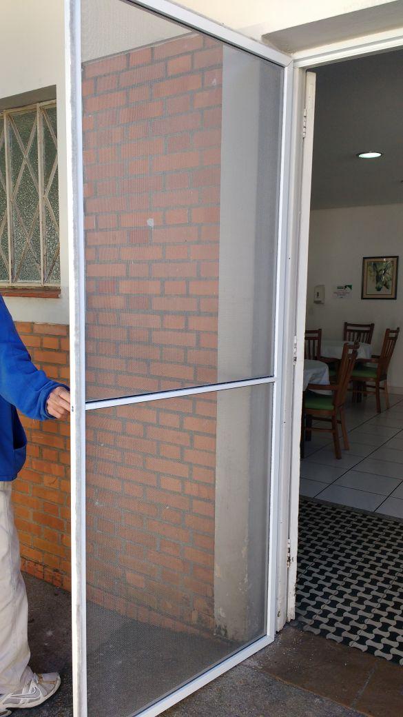 Tela mosquiteira porta cozinha