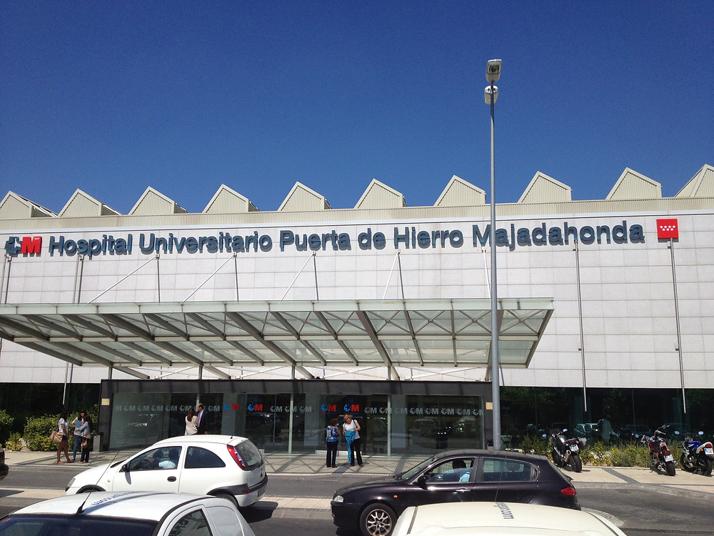Entrada do Hospital Universitário Puerta de Hierro, localizado nas imediações de Madri.