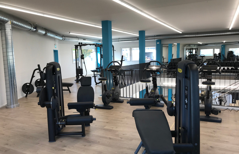 diverse fitnessgeräte im obergeschoss im infiniti