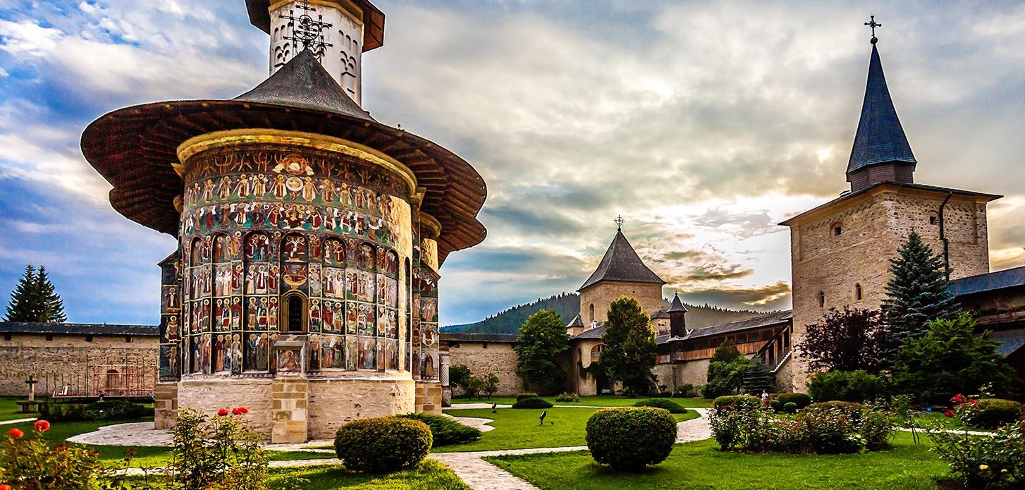 Biserica_si_curtea_manastirii_Sucevita_edited