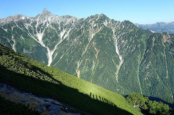 槍ヶ岳と登山者の影
