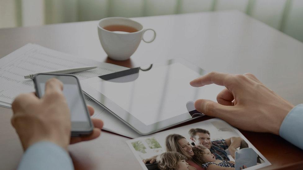 mão com celular e tablet