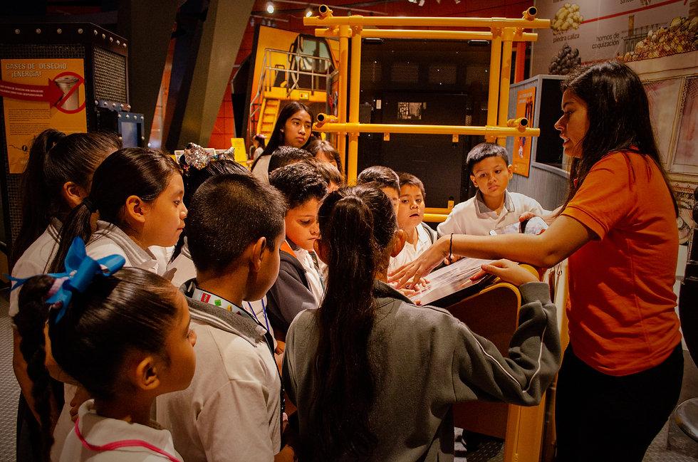 Niños_en_la_galería.jpg