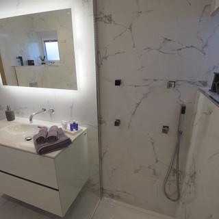 En-suite shower.mp4