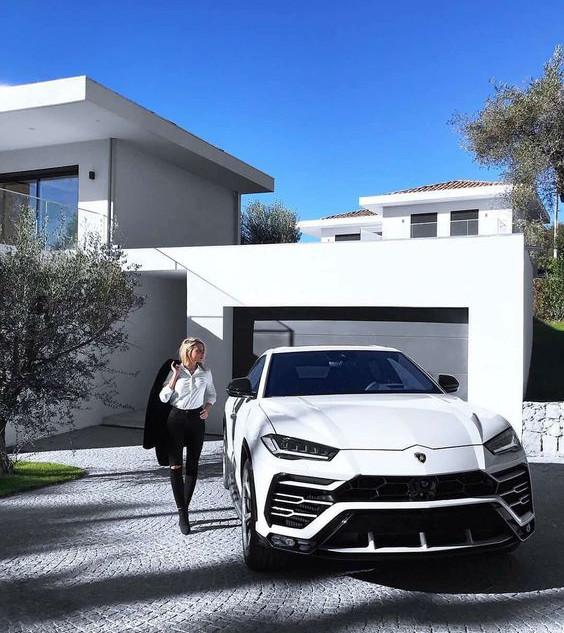Modern contemporary villa with cobble cu