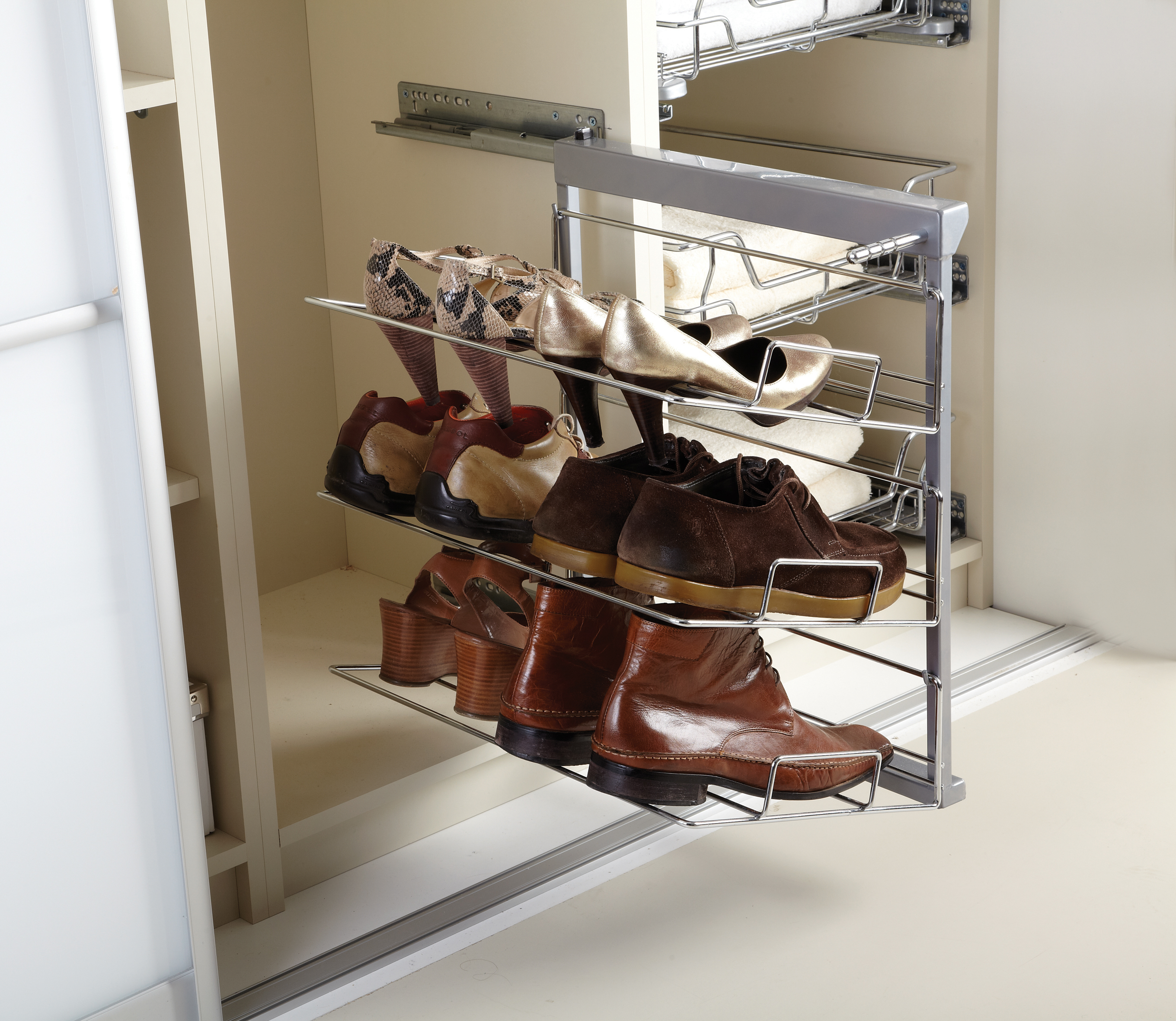 3-tier pull-out shoe rack.
