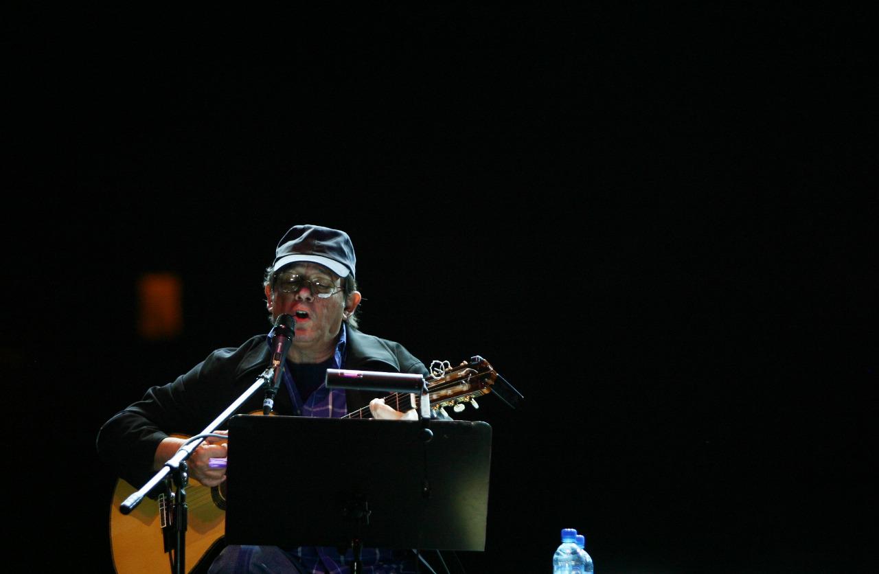 Silvio Rodríguez tocando en México