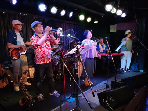 さてここで再びミニライブ。阿蘇高森からやってきた後藤亮子&RCBによるオシャレな演奏です