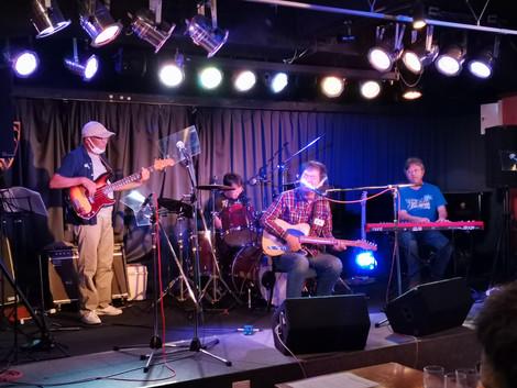 ここでスローハンド岩本氏の呼びかけで即席スペシャルバンドが始まります