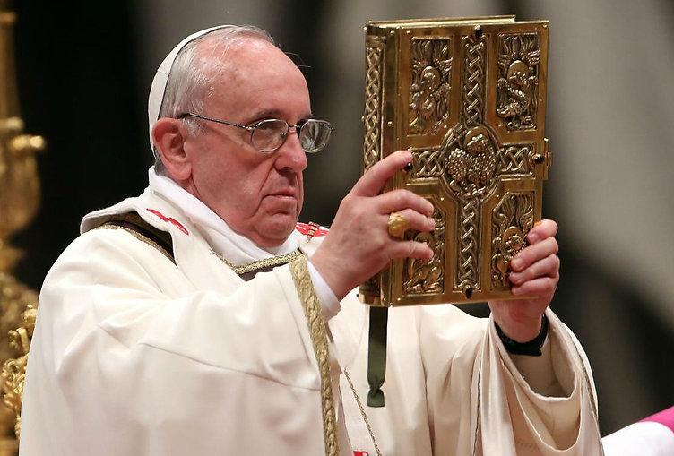 Pope-Francis-Book-of-Gospel-1.jpg