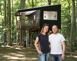 Photo des cabanes du Mont à Coeuve avec les propriétaires, M. et Mme Tallat, en premier plan