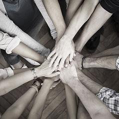 Équipe de personnes superposant leurs mains les unes sur les autres