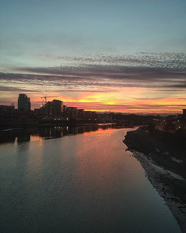 And the sky might catch on fire #sky #london #wandsworth #bridge #landscape #evening