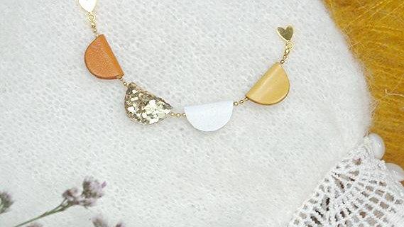 Broche Fanions Multicolore Jaune Moutarde Paillettes et Blanc