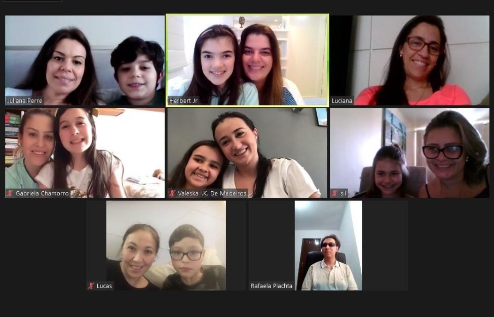Alunos em palestra online com o audiodescritor e consultor Daniel Massaneiro (último quadro à direita)