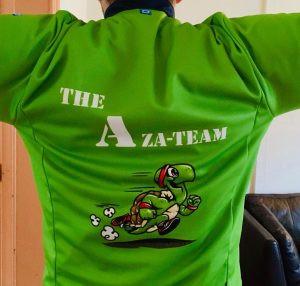 """Foto van de truitjes waarmee we de Warmathon lopen. Het opschrift luidt """"The Aza-team"""" en er staat een grappige tekening van een sprintende schildpad op."""