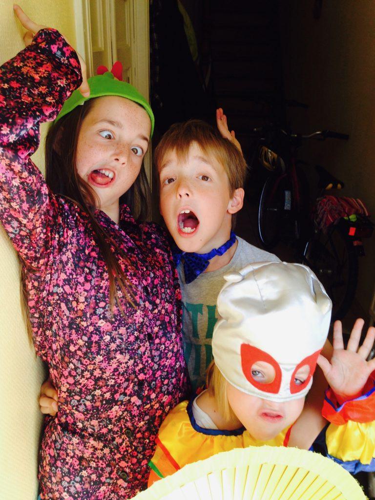 Nina, Roman en Aza in een zotte verkleedbui