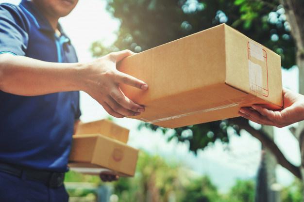 entregador-entregando-segurando-a-caixa-