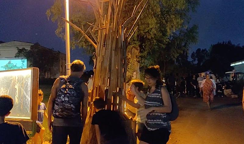 משפחה עניפה - מיצב אמנות מעצים ממוחזרים